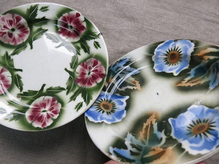 UZBEKISTAN - TASHKENT Ceramic pair of plates with traditional flowers and leaves